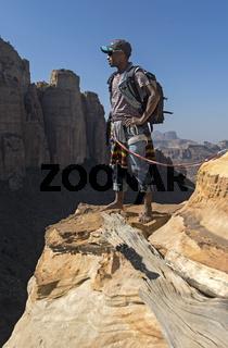 Lokaler Führer auf einem schmalen Felsband auf dem Weg zur Felsenkirche Abuna Yemata in Gheralta Mountains bei Hawzien