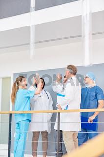 Gruppe Ärzte gibt sich ein High Five