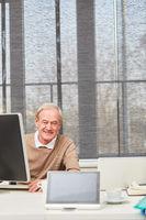 Älterer Geschäftsmann am Computer