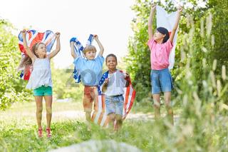 Gruppe Kinder feiert internationale Zusammenarbeit