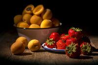 Aprikosen und Erdbeeren
