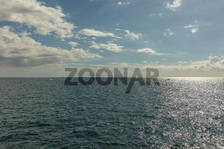 Wasser im Meer mit Himmel und Horizont