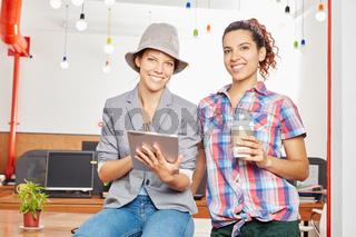Zwei Frauen mit einem Tablet Computer