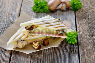 Panini mit Schinken, Käse und Champignons