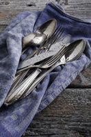 frisch gespültes Silberbesteck auf Geschirrhandtuch