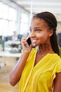 Junge Frau telefoniert mit dem Smartphone