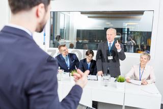 Diskussion zwischen Senior und Berater