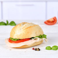 Brötchen Sandwich Baguette belegt mit Schinken Quadrat Textfreiraum Copyspace auf Holzbrett