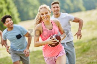 Frau mit Rugby Ball hat Spaß