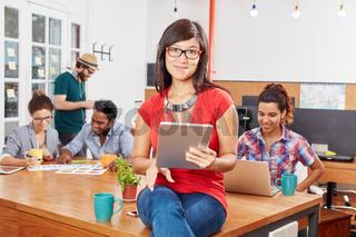 Junge Frau arbeitet im Coworking Space
