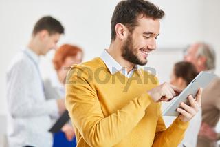 Geschäftsmann arbeitet online mit Tablet