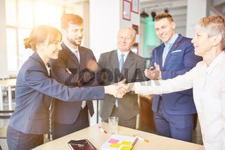 Geschäftsleute geben Handschlag nach Partnerschaft