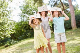 Mutter und Kinder auf Kindergeburtstag
