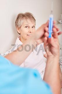 Alte Frau als Patient wartet auf Injektion
