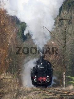 Historische Dampflok in Herbstlandschaft