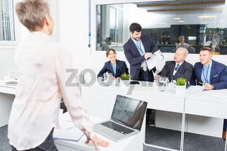 Geschäftsmann im Seminar diskutiert