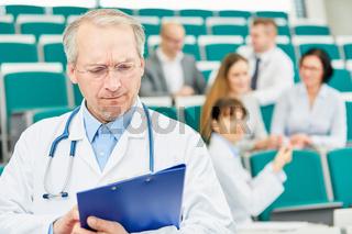 Dozent und Professor für Medizin an der Universität