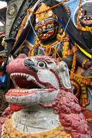 Tempellöwe vor dem Abbild der hinduistischen Gott Kala Bhairav, Kathmandu, Nepal