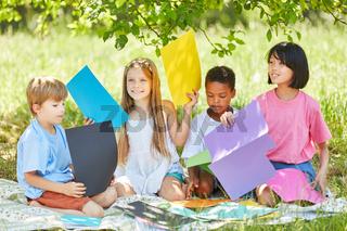 Multikulturelle Gruppe Kinder als Bastelgruppe