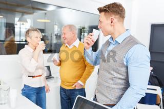 Geschäftsleute trinken Wasser zur Entspannung