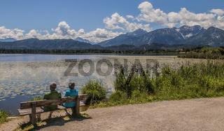 Schöner Aussichtsplatz am Hopfensee im Ostallgäu zur Sommerzeit.