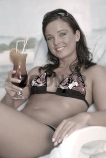 Junge Frau am Hotelpool