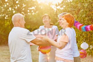 Senioren auf Geburtstagsparty gratulieren