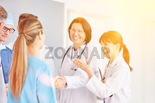 Gruppe Ärzte beim Hände schütteln