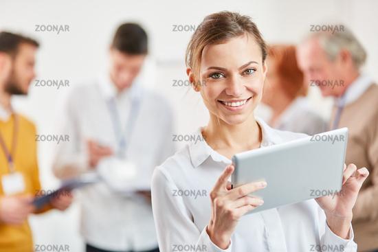 Start-Up Geschäftsfrau mit Tablet