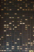Hochhausfenster in der Nacht