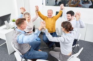 Geschäftsleute machen Übung im Workshop