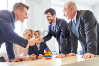 Kollegen arbeiten in Teamwork zusammen