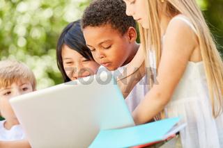 Kinder lernen gemeinsam am Laptop Computer