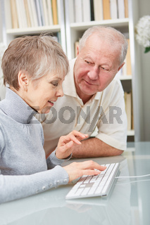 Senioren lernen schreiben auf PC Tastatur