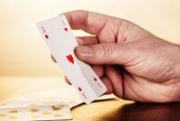 Hand mit Herz-Ass Spielkarte