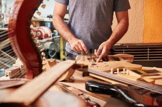 Handwerker arbeitet an neuer Gitarre