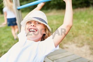 Junge hat Spaß auf einem Spielplatz