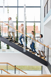 Ärzteteam im Treppenhaus einer Klinik