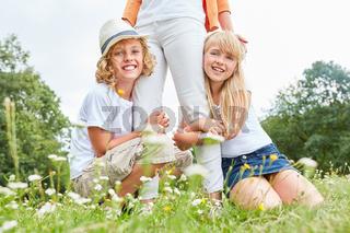 Zwei glückliche Kinder auf einer Wiese