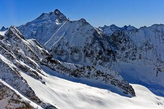 Blick über den schneebedeckten Anungletscher zum Sattelhorn und Aletschhorn,Wallis, Schweiz