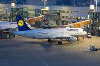 Lufthansa Airbus A320 Flugzeug Flughafen Düsseldorf bei Nacht