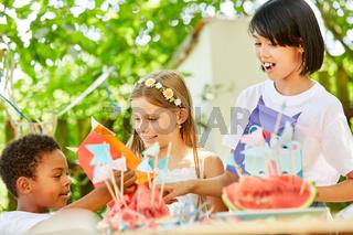 Kleiner Junge und Mädchen auf Kindergeburtstag
