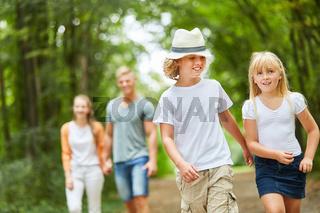 Familie und Kinder auf einem Spaziergang