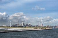 Blick auf die Hafeneinfahrt bei Ijmuiden, dahinter die Stahlfabrik Tata-Steel