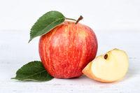 Apfel rot Obst Frucht Früchte auf Holzplatte