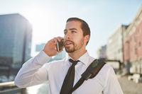 Entrepreneur telefoniert mit dem Smartphone