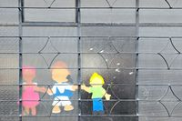 Kinderfiguren ans Fenster geklebt
