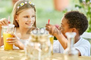 Zwei Kinder beim Frühstück im Kindergarten