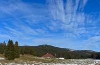 Gasthaus Le Vermeilley mit mongolischen Jurten im Spätherbst, Saint-Cergue, Waadt, Schweiz