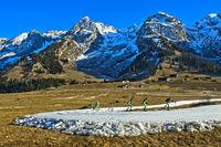 Skilangläufer trainieren auf Loipen aus Kunstschnee, Savoyen, Frankreich